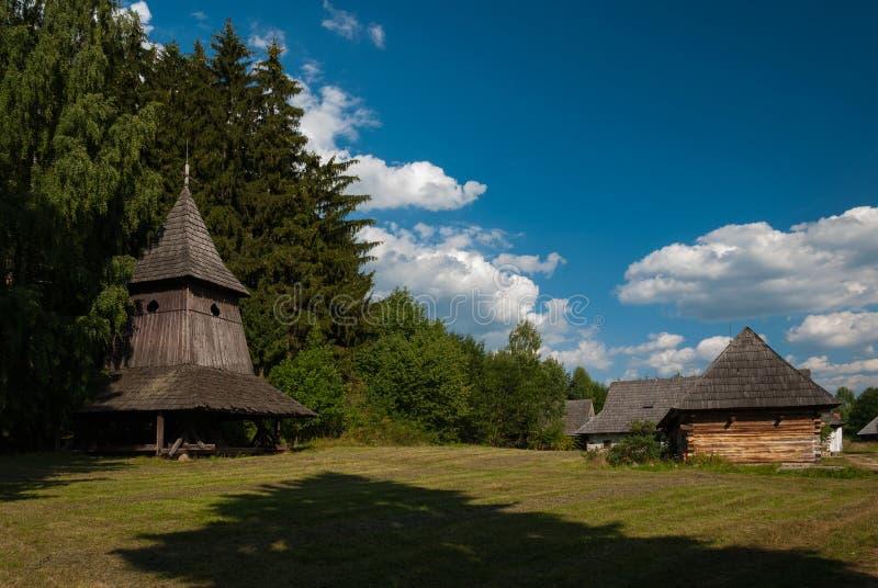 Träklockstapel från Trstene - museum av den slovakiska byn, je för JahodnÃcke há, svala, Slovakien fotografering för bildbyråer