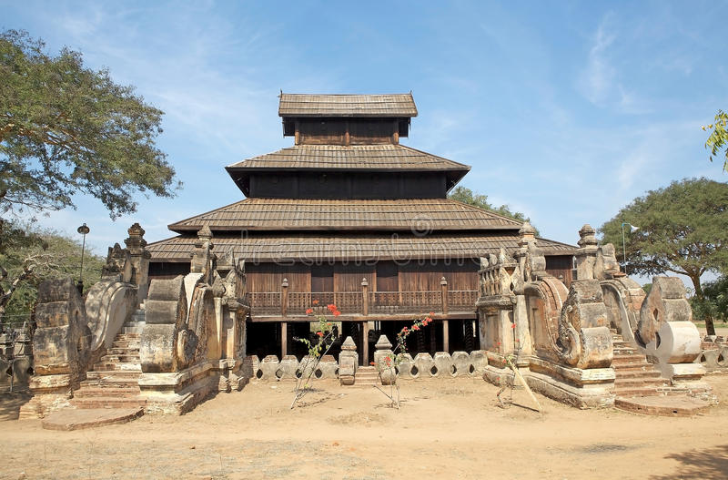 Träkloster i Bagan Myanmar royaltyfria bilder