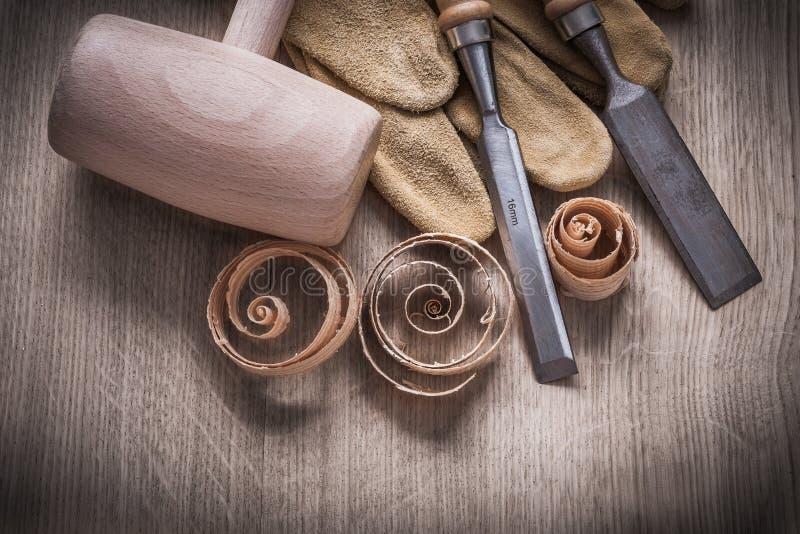 Träklubban krullade upp nolla för handskar för läder för fastare stämjärn för shavings arkivbild