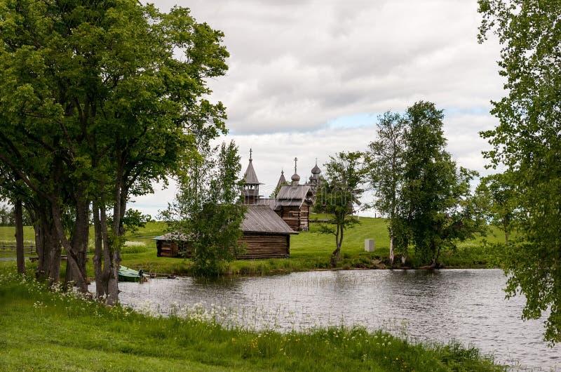 Träkoja i den Kizhi ön Lake Onega royaltyfri bild