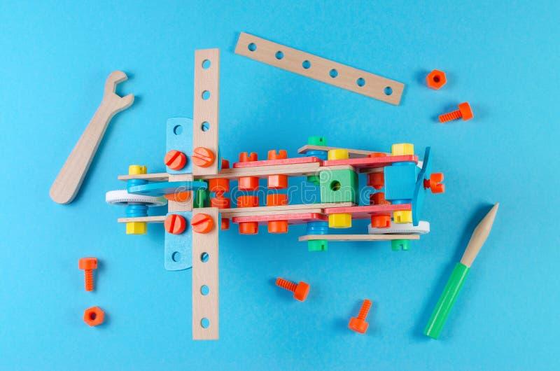 Träkonstruktördelar med skiftnyckeln och skruvmejseln, arbetande hjälpmedel, lägenhet lägger arkivfoto