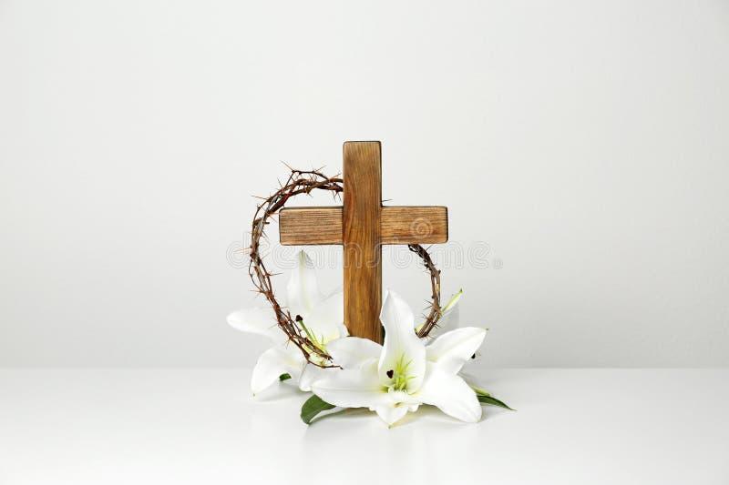 Träkors, krona av taggar och blomningliljor på tabellen fotografering för bildbyråer