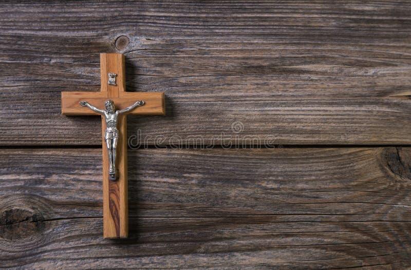 Träkors med jesus på en bakgrund för ett dödsrunameddelande royaltyfri foto