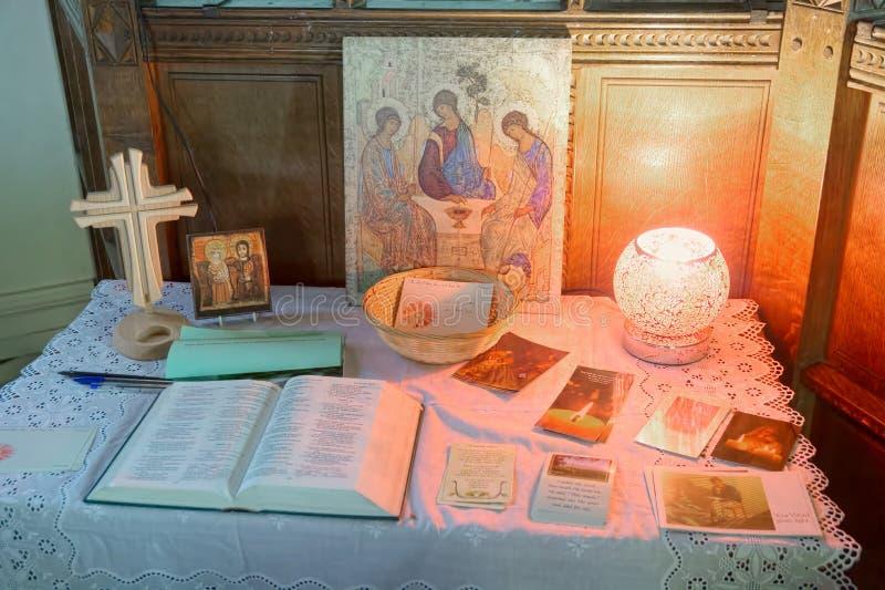 Träkors och välkommen tabell för kyrka arkivbilder