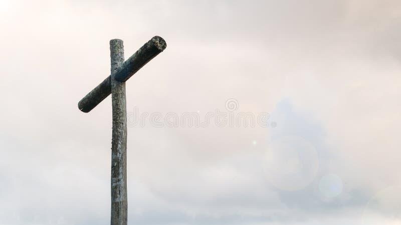Träkors på utrymme för blå himmel och kopierings Kristen bakgrund, andlig plats arkivfoton