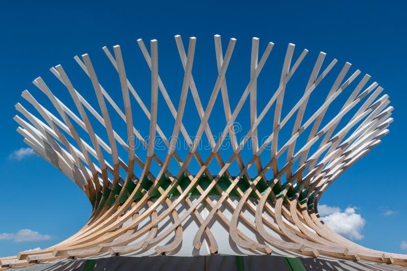 Träkrökt struktur: Byggnad med moderna arkitektoniska Desi royaltyfri fotografi