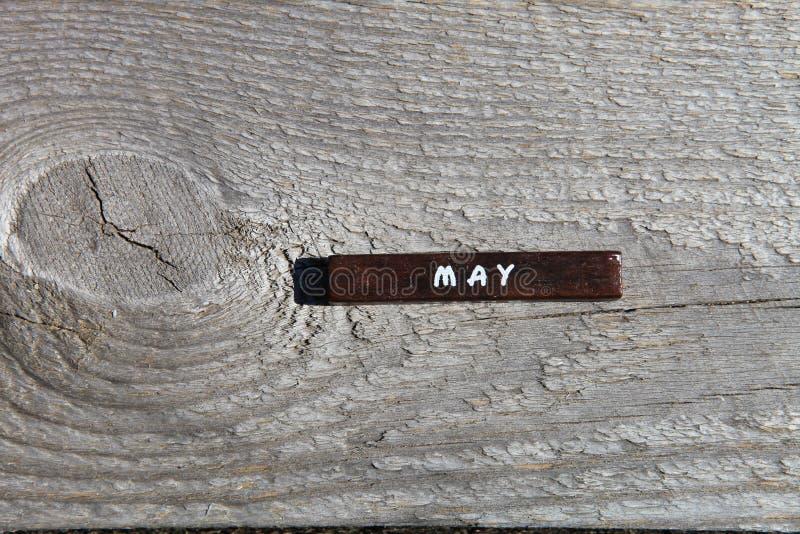 Träkub med namnet av månaden på det gamla brädet kunna fotografering för bildbyråer