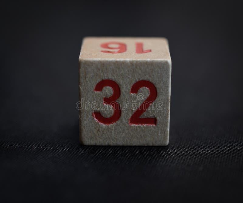 Träkub med numret trettiotvå royaltyfri fotografi