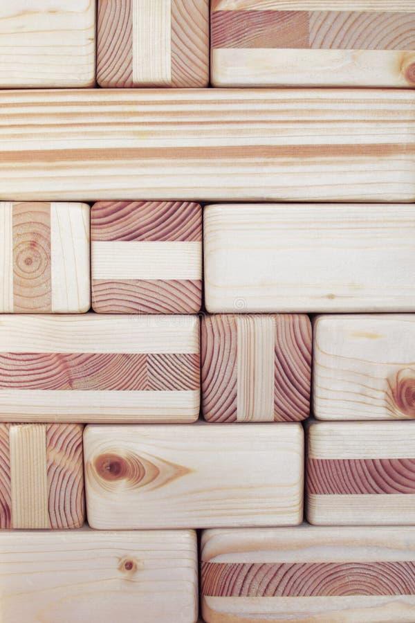 Träkuber och kvarter texturerade väggen arkivbild