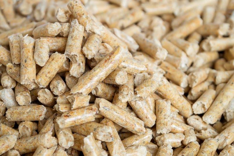Träkulor stänger sig upp med selektiv foocus Alternativt biobränsle från sågspån för att bränna i pannor och ugnar Katt och hamst arkivbilder