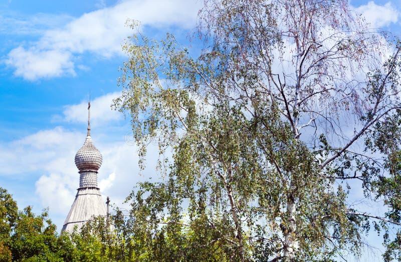 Träkupol av den rysskyrkan och björken arkivfoto