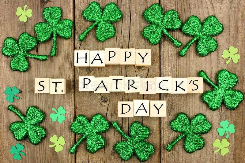 Träkvarter för lycklig dag för St Patricks med treklöverer på lantligt trä arkivfoto