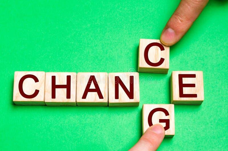 Träkvarter med bokstäver och ord ändrar och riskerar Begreppet av själv-motivationen, själv-utveckling och förbättring arkivfoto