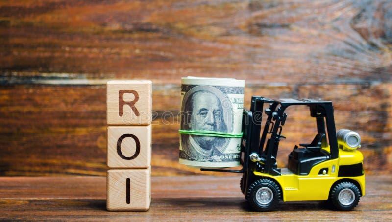 Träkvarter med ordet ROI och pengar med gaffeltrucken Förhållande mellan nettoresultatet och kostnaden av investeringen resultera royaltyfri fotografi