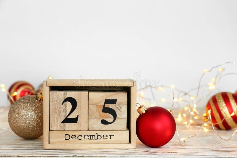 Träkvarterkalender och festlig dekor på tabellen christmas countdown royaltyfri fotografi
