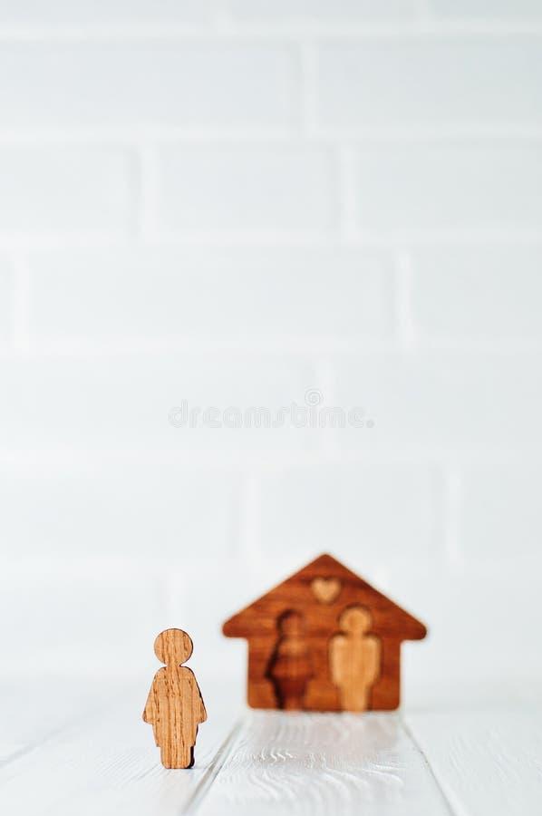 Träkvinnligt diagram framme av huset på ljus bakgrund med royaltyfria bilder