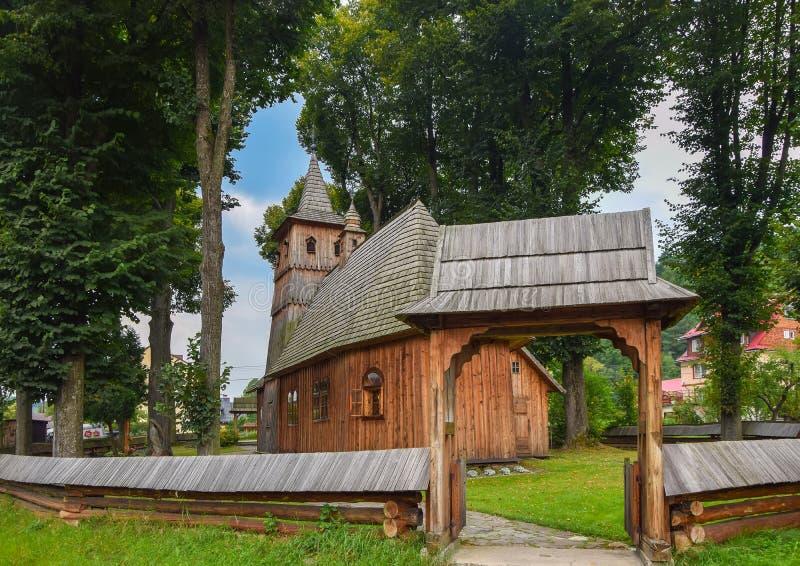 Träkyrka av St Catherine i Sromowce Nizne, Polen arkivfoton