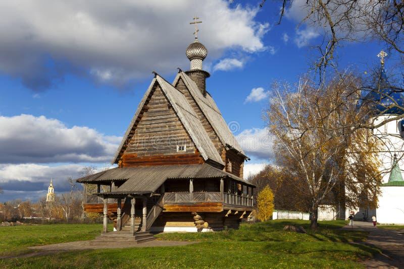 Träkyrkan av St Nicholas och Suzdal Kreml. royaltyfri foto