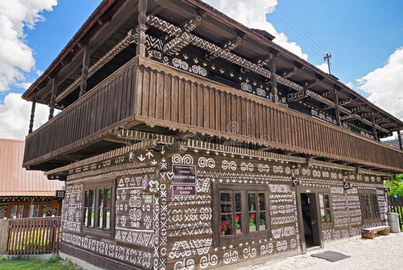 Trälantligt dekorativt hus i Cicmany, Slovakien arkivbild