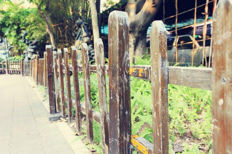 Trälantligt staket, gammalt träträdgårdstaket arkivbilder