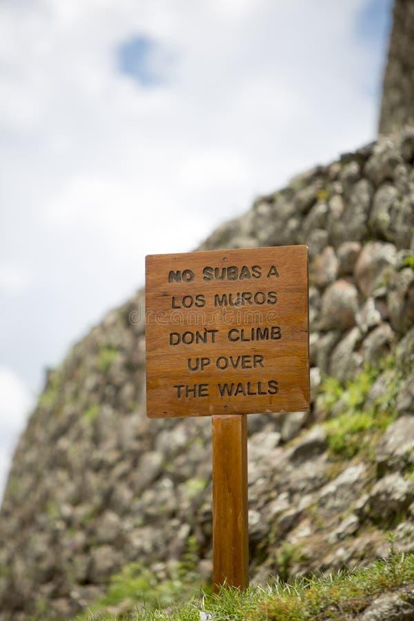 Trälantligt tecken på Inca Ruins, Peru arkivfoto
