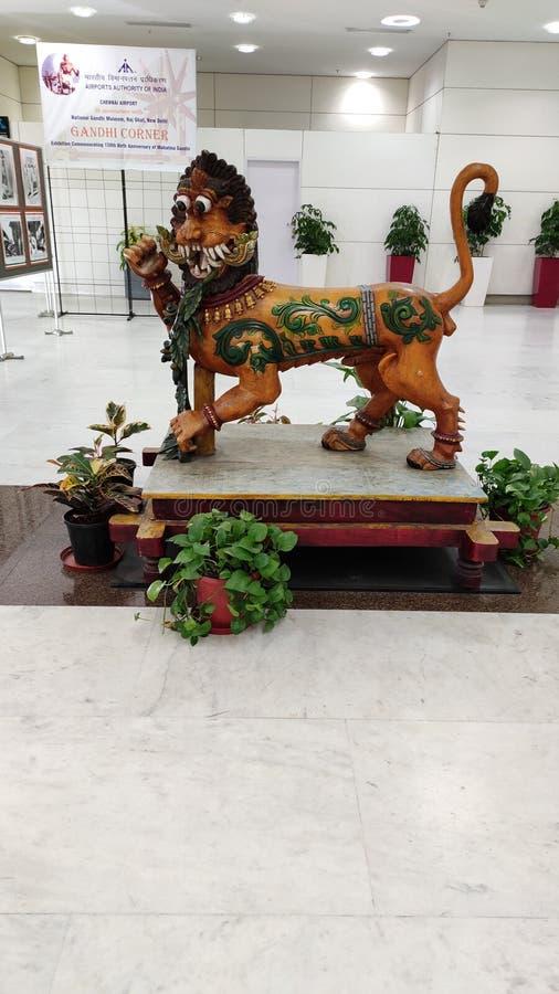 Trälejonstaty på den chennai flygplatsen royaltyfri fotografi