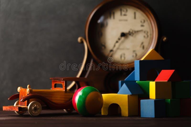 Träleksakbil på tabellen med byggnadskvarter royaltyfri fotografi