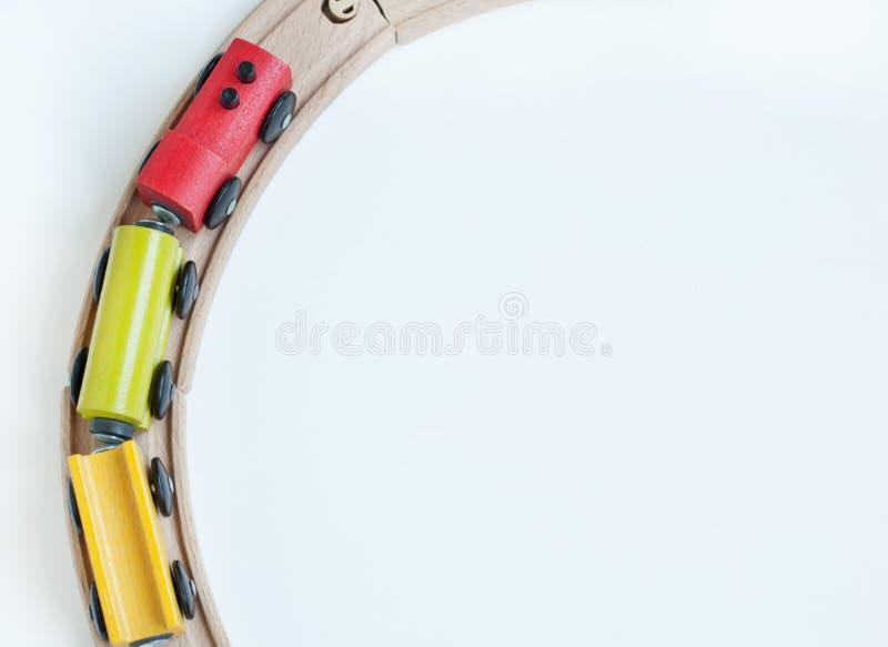 Träleksakdrev med färgrika kvarter på en träjärnväg bildas toys arkivbild