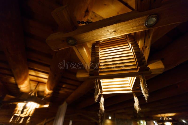 Träljus ljuskrona på ett tak Lettland royaltyfria bilder