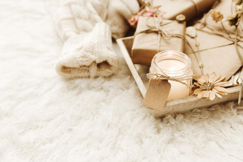 Trämagasin med gåvaaskar och stearinljus i sängen, lat morgon, royaltyfri foto