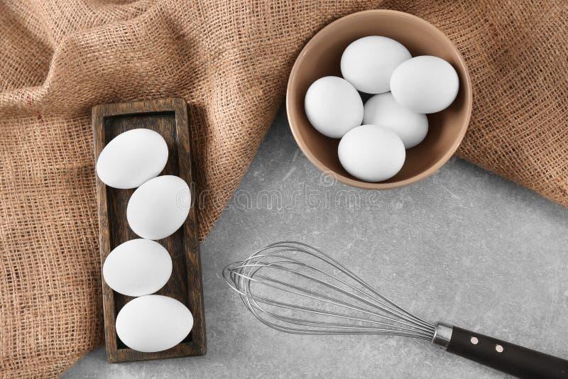 Trämaträtten, bunke med fega ägg och viftar fotografering för bildbyråer