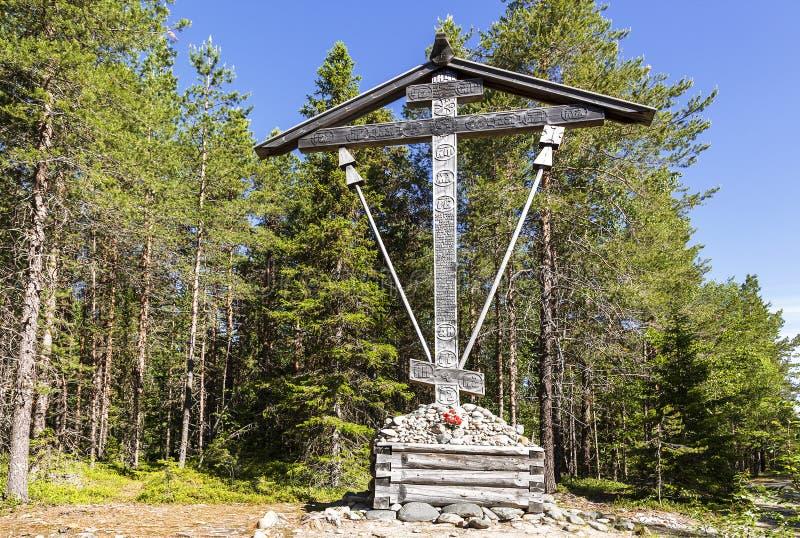 Träminnes- kors vid vägen till det Sekirnaya berget på den Bolshoy Solovetsky ön, Arkhangelsk region arkivbilder