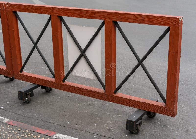 Trämobilt staket med fyra mycket lilla hjul arkivfoto