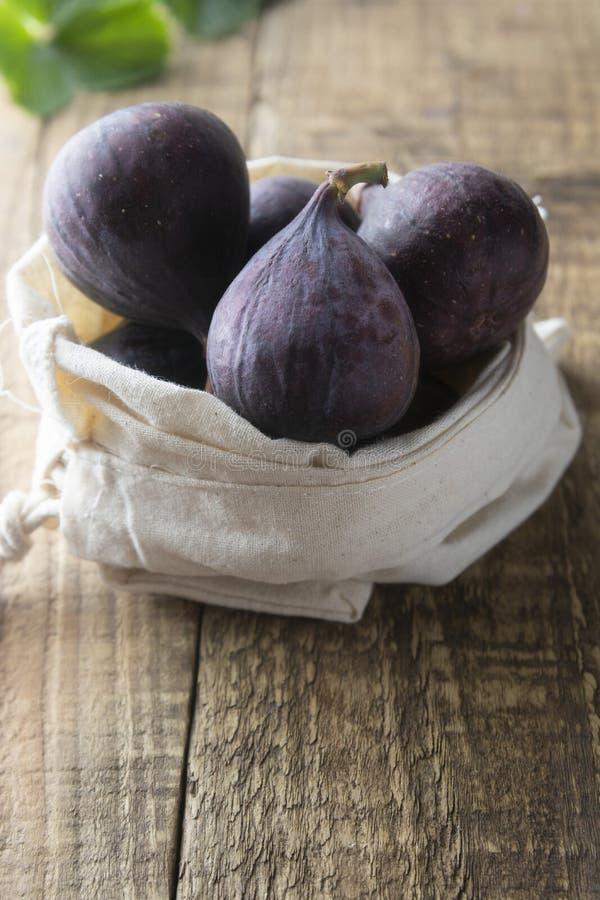 trämogen lantlig tabell för figs Nya figs på den lantliga trätabellen Bio frukter för frukost eller efterrätt royaltyfri foto