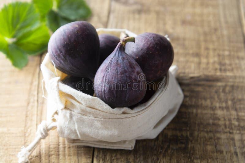 trämogen lantlig tabell för figs Nya figs på den lantliga trätabellen Bio frukter för frukost eller efterrätt arkivbild