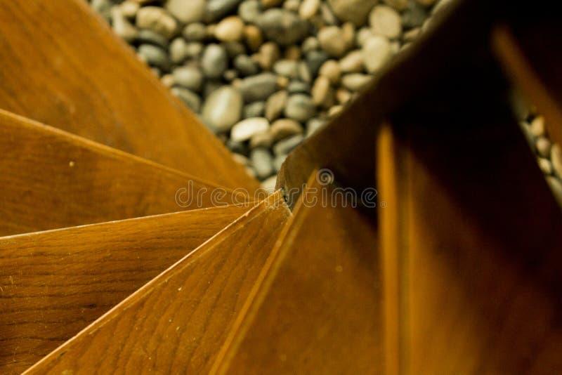 Trämoment av en rund trappuppgång som ses från överkant, med åder av trä som är synliga i några moment arkivfoton