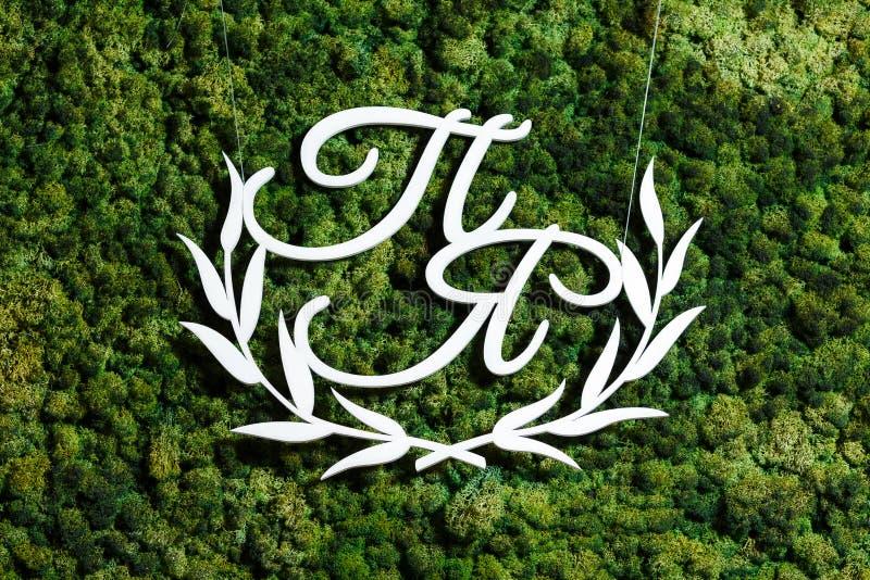 Trämonogrammet är de vita initialerna av nygifta personerna på th royaltyfri foto