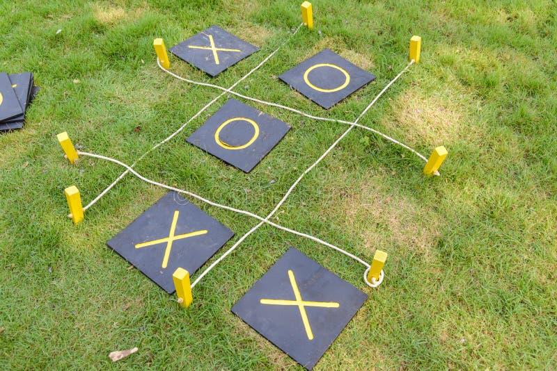 Trämuskelryckningtac-tå eller OXElek på gräs arkivbild