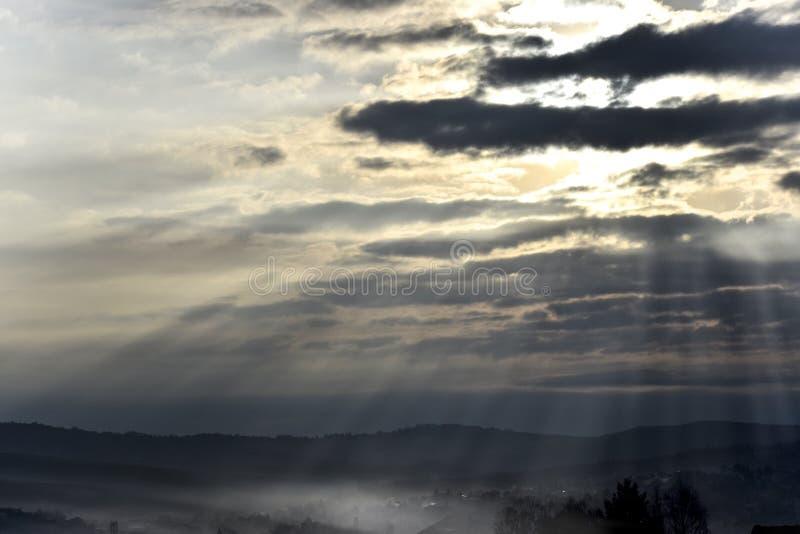 Tränga igenom luften för sol` s till och med molnen arkivbild
