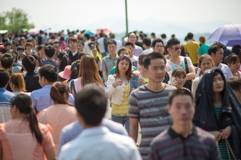 Tränga ihop att gå på 1st Maj i Kina arkivbild