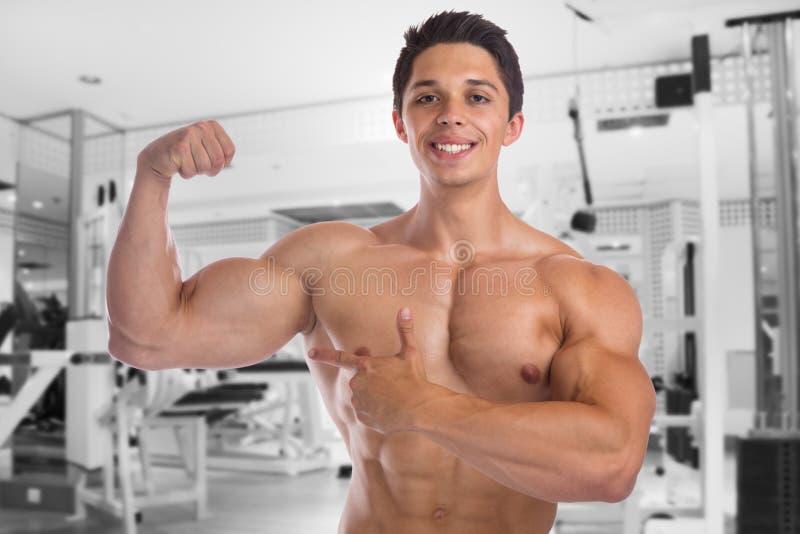 Tränga sig in idrottshallen för bicepskroppsbyggarebodybuilding som böjer stark muscu arkivbilder