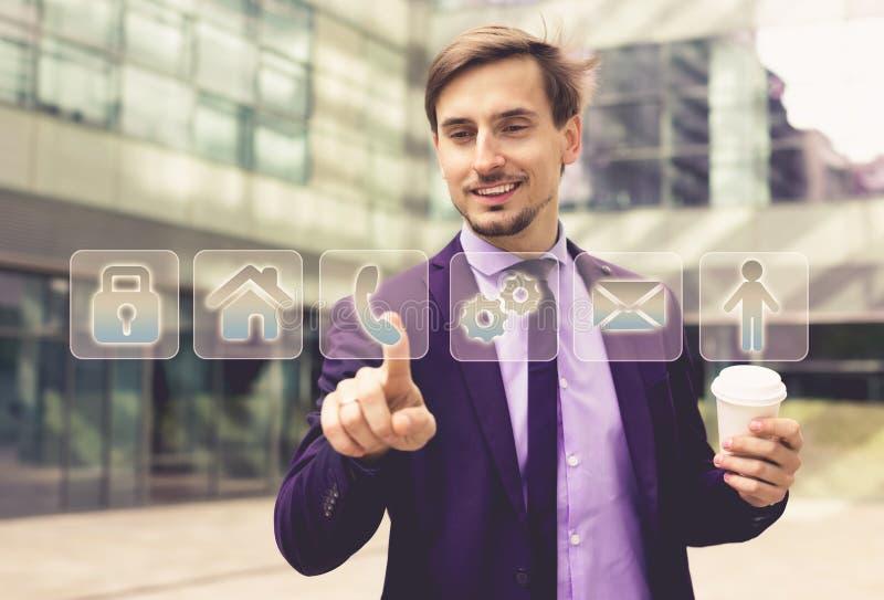 Trängande faktiska knappar för affärsman fotografering för bildbyråer