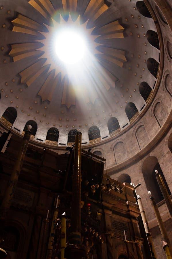 Trängande igenom solstrålar till och med rotundan av kupolen av kyrkan av helgedomen begraver i Jerusalem fotografering för bildbyråer