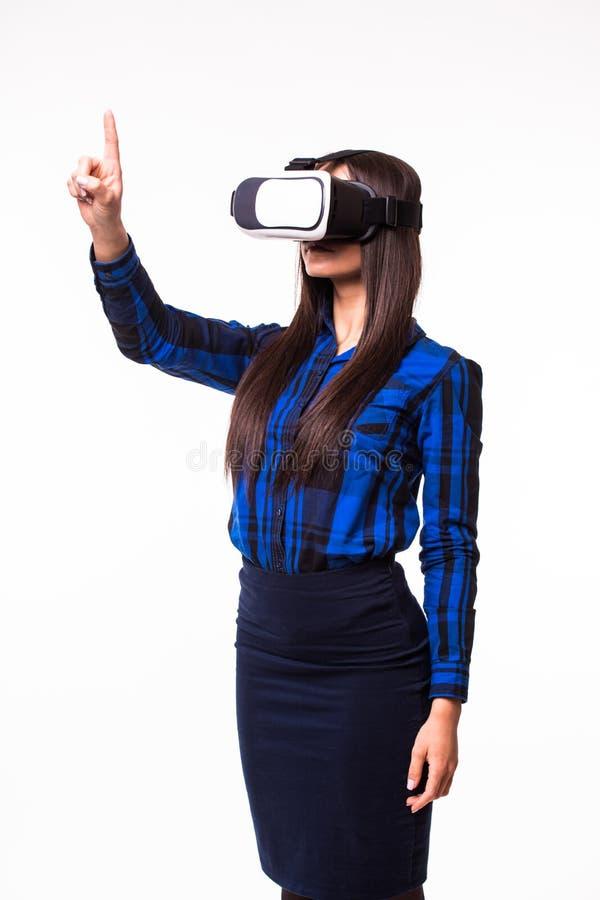 Trängande skärm för affärskvinna vid virtuell verklighet Apparaten för VR-hörlurar med mikrofonexponeringsglas på vit isolerade b arkivbild