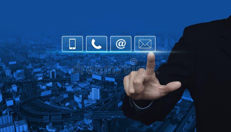 Trängande telefon-, mobiltelefon-, på och emailbutto för affärsman royaltyfria bilder