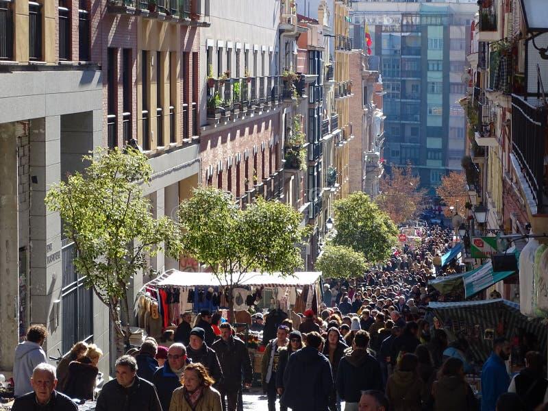 Trängd ihop gata på El Rastro, mest populär loppmarknad för öppen luft i Madrid, Spanien royaltyfri fotografi