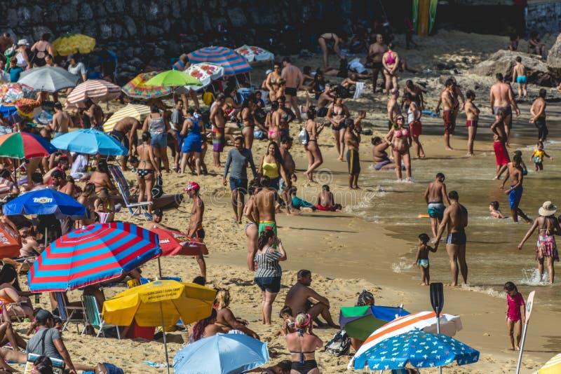 Trängd ihop strand mycket av paraplyer, i Urca, Rio de Janeiro, Brasilien royaltyfria bilder