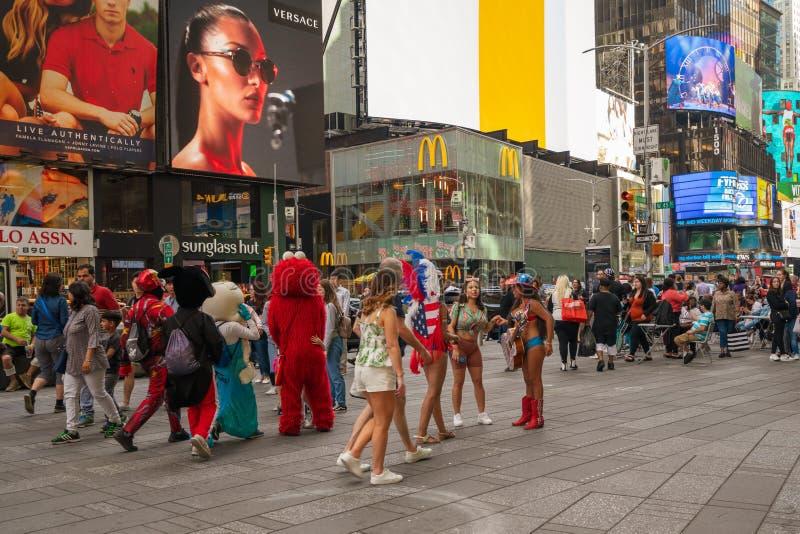 Trängd ihop Times Square, New York City Street View, gatakonstnärer och turister, royaltyfri fotografi