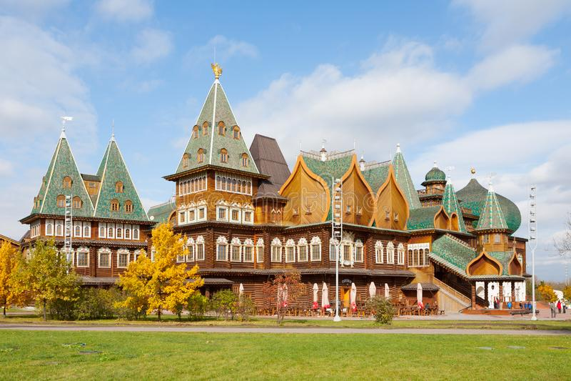 Träpalats i Kolomenskoye park 02 10 2019 arkivfoto