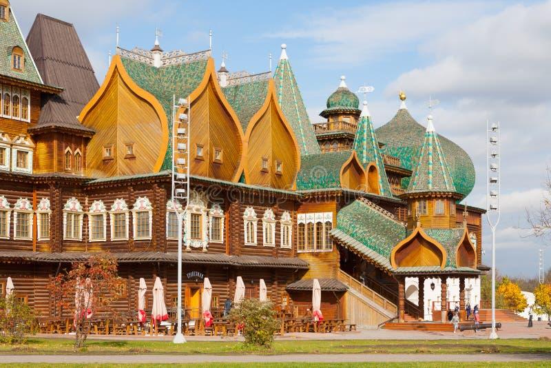 Träpalats i Moskva 02 10 2019 royaltyfria foton